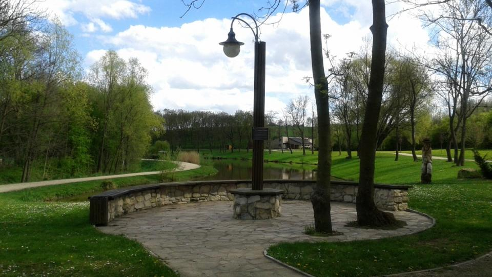 Kamenné odpočívadlo v výhledem na rybník Na Rybníčkách