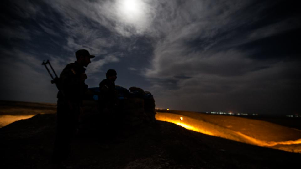 Nedaleko Kirkúku leží obranná linie, kterou stráží kurdští pešmergové. Radikály z Islámského státu mají nadohled. Strávily jsme s nimi celou noc