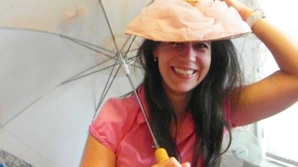 Moderátorka Pavla Kindernayová v klobouku