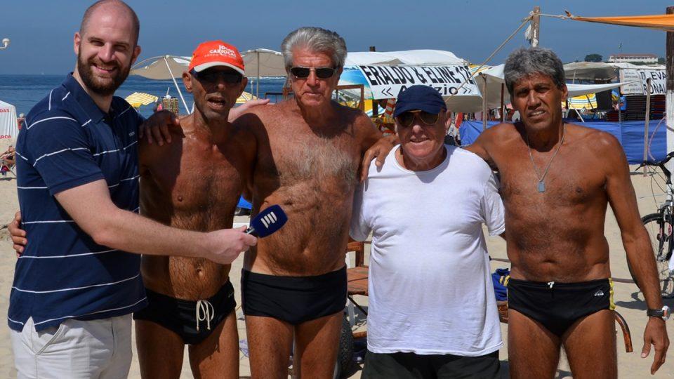 Jedni ze zakladatelů plážového volejbalu. Selmo Tarnopolsky (druhý zleva), Fernando Vidigal (uprostřed) a Luís Viana (úplně vpravo). Mikrofon statečně drží zahraniční zpravodaj David Koubek