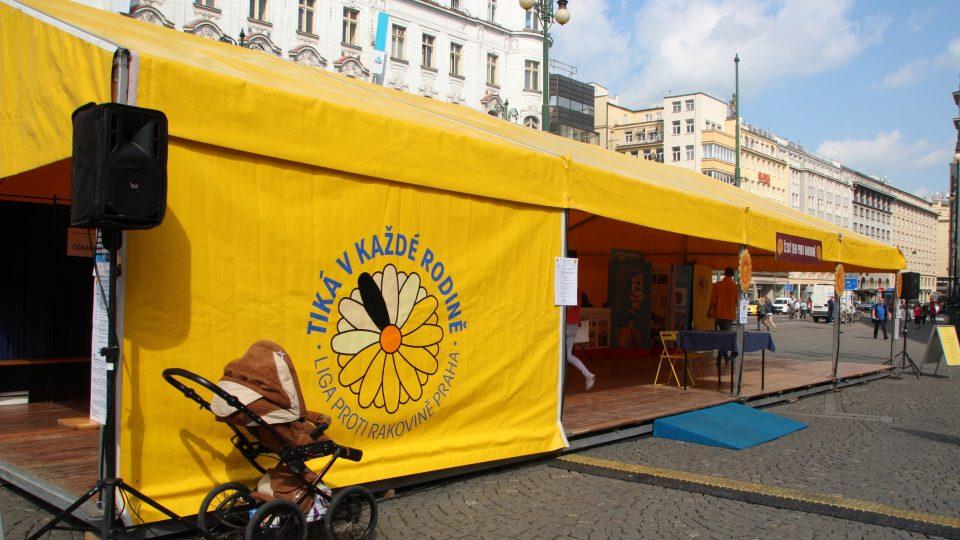 Liga proti rakovině - stánek Radiožurnálu na náměstí Republiky v Praze