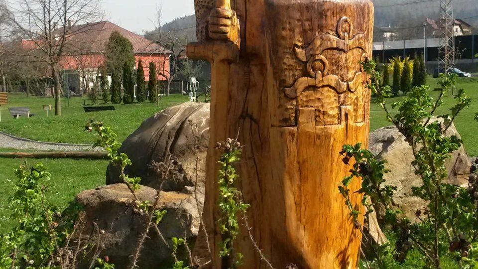 Dřevěná socha rytíře Belka stojí nedaleko obecního úřadu v Hrádku