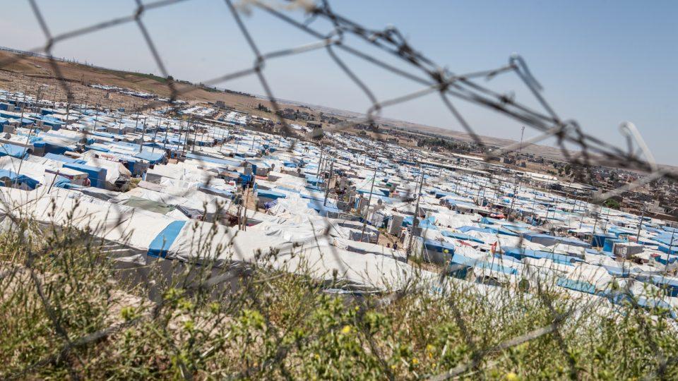 Tisícovky lidí musely opustit své domovy a přežívají v uprchlických táborech