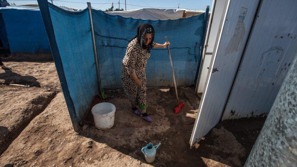 Uprchlícký tábor Kawrogosk. Chybí tu kanalizace, takže všechny splašky tečou po povrchu a znečišťují okolí