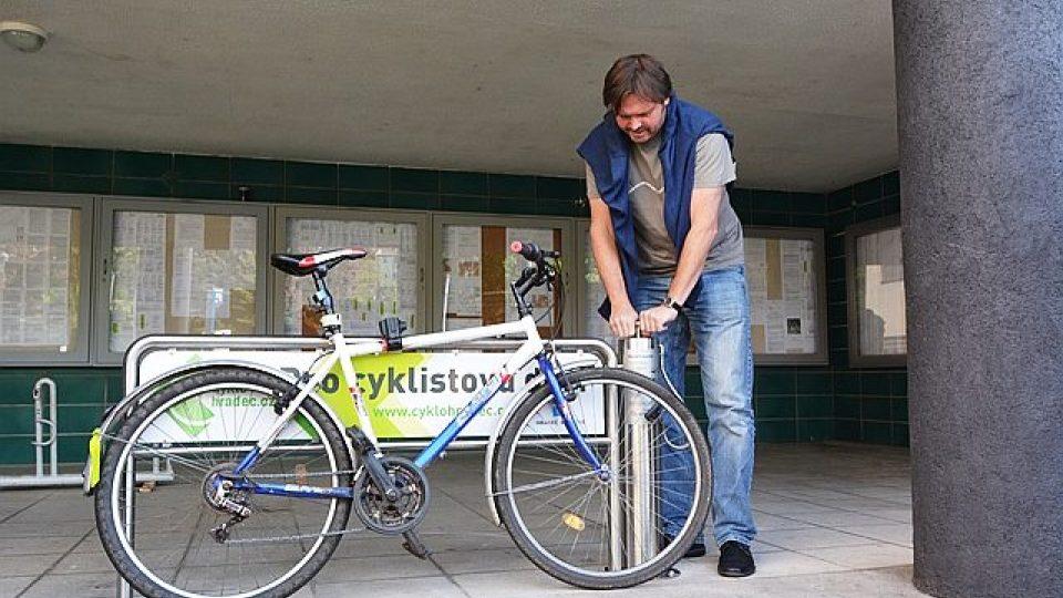 Cyklistům v Hradci Králové slouží veřejná pumpa na kola