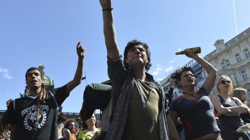 Demonstraci proti vyklizení squattu Cibulka a policejním represím uspořádalo na Václavském náměstí v Praze Autonomní sociální centrum Klinika
