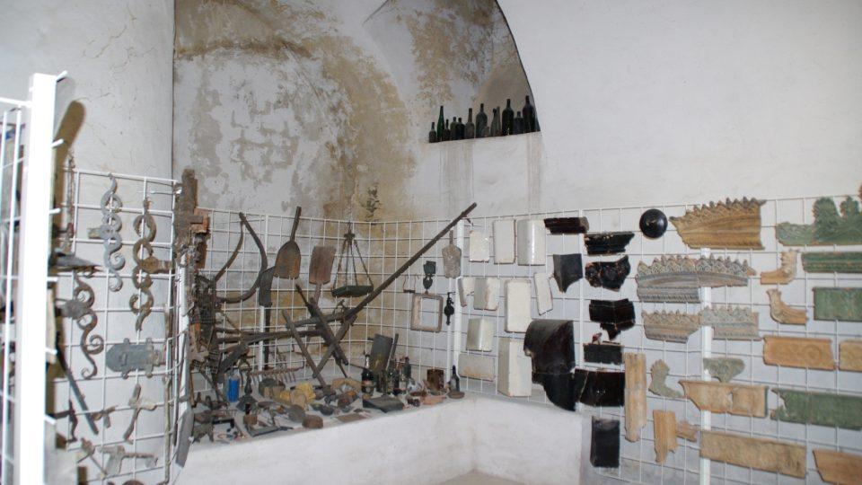 Fragmenty nalezené při opravách Klášterního Hradiska lze shlédnout v malém muzeu