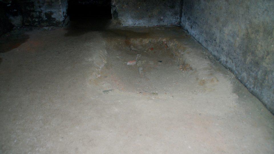 Novodobý hrob v mořické kryptě, kam byly uloženy ostatky nalezené u obchodního domu
