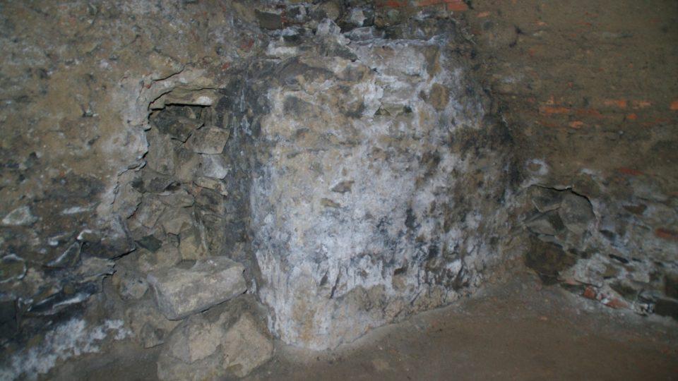 Románský pilíř v kryptě u sv. Mořice