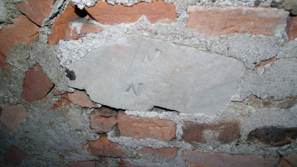 V rámci úspor použili zedníci při stavbě i fragmenty starších kamenů někdy i s kamenickými značkami