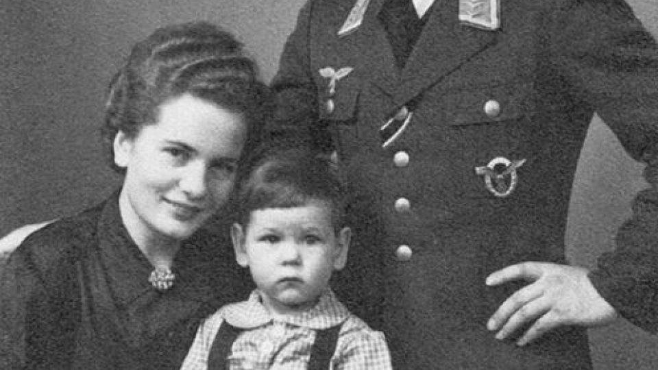 """Předávací (zkušební) pilot """"1. Flug-Gruppe Süd-Ost"""" Hans Voss s rodinou"""