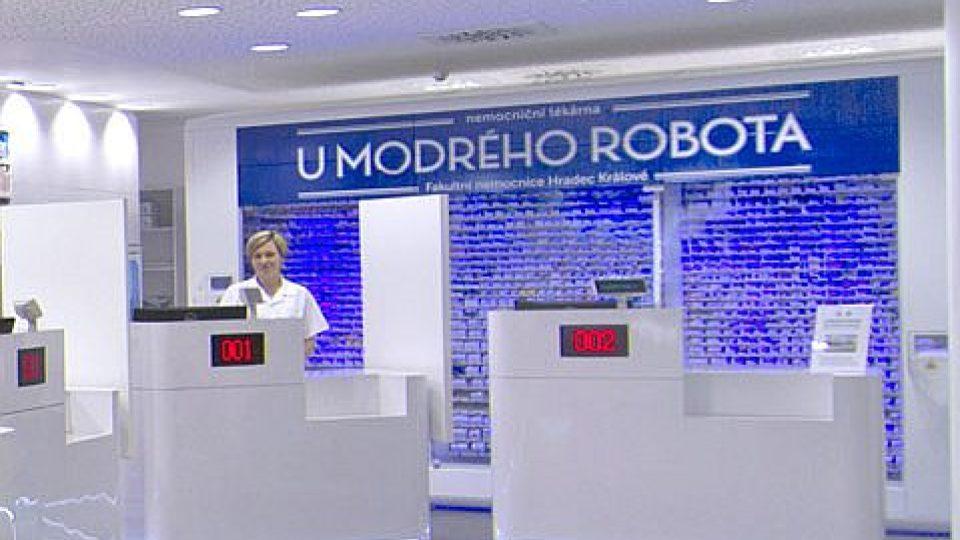 Nemocniční lékárna hradecké Fakultní nemocnice se nově jmenuje U modrého robota. Pacienty tam totiž nyní obsluhuje výdejní automat.