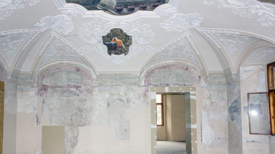 Společenský sál, jižní stěna, stav v průběhu odkryvu