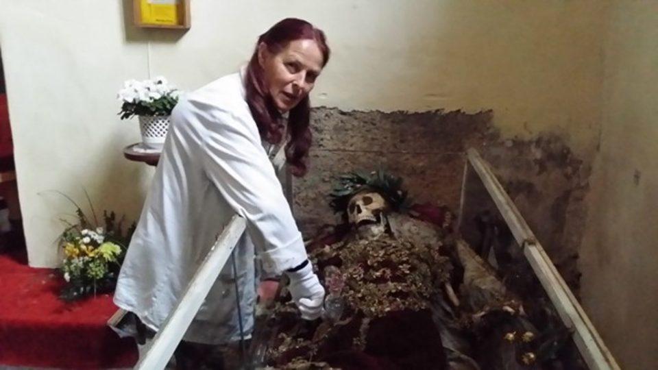 Eva Říhová čistí ostatky svatého Inocence ve Vimperku