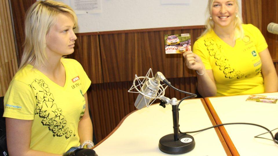 Karolína Jugasová (vlevo) a Martina Daňhelová ve studiu Českého rozhlasu České Budějovice