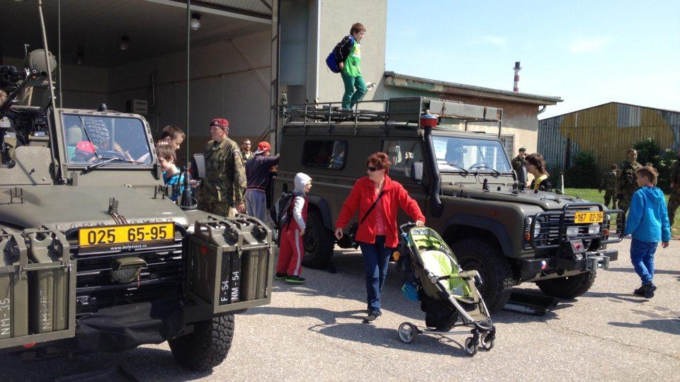 Prostějovští vojáci ukázali dětem techniku, nechyběl seskok z padáku ani boj z blízka