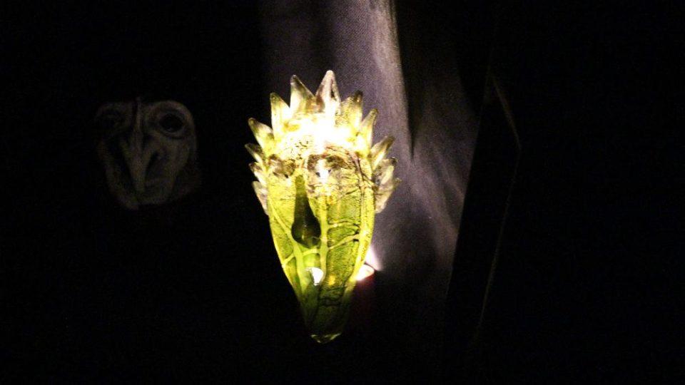 Výstavu zpestřilpráce studentů novoborské sklářské školy - nasvícené v zatemněném skleníku