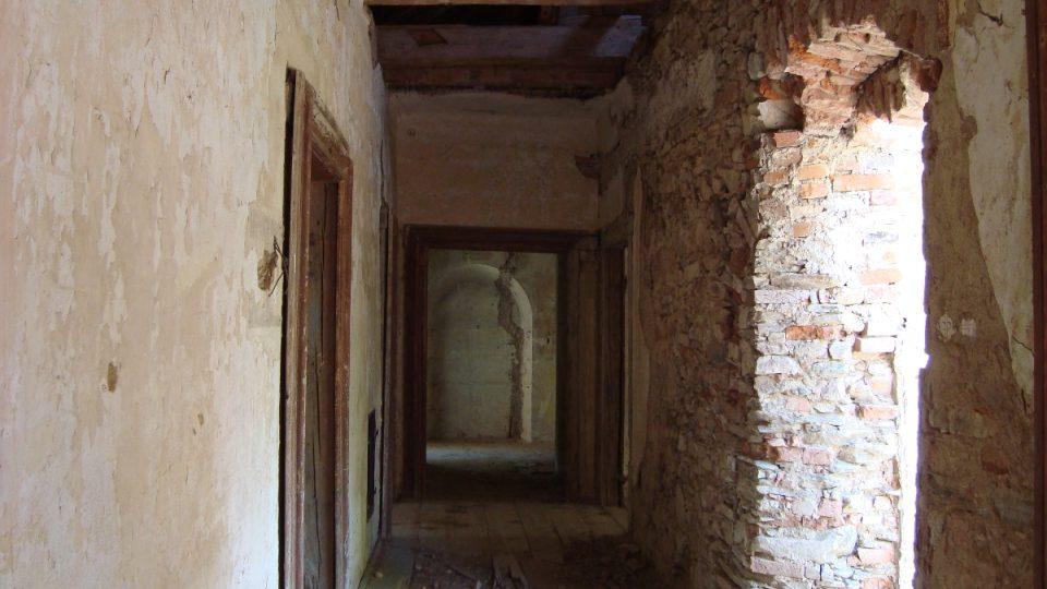 Součástí statku je také zámek, bohužel hodně zdevastovaný