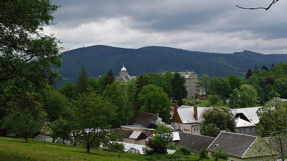 Lavice je dnes součástí revitalizovaného parku, který se rozkládá nad lázeňskými domy