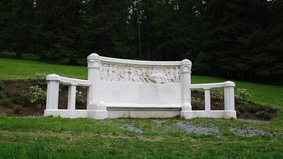 Mramorová lavice je dílem jesenického sochaře Engerberta Kapse