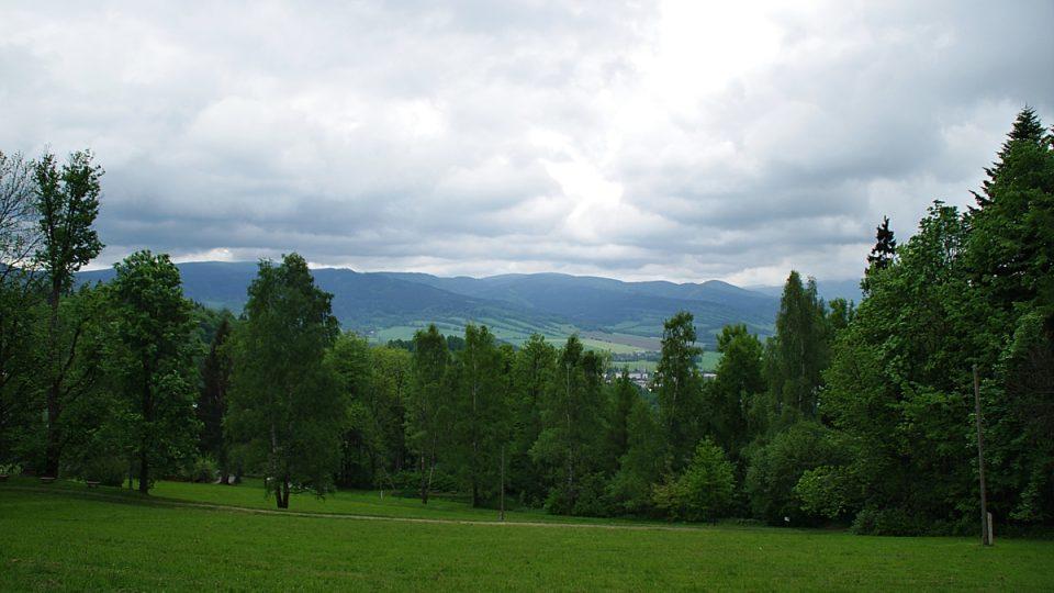Výhled od lavice míří k vrcholům pásma Orlíka