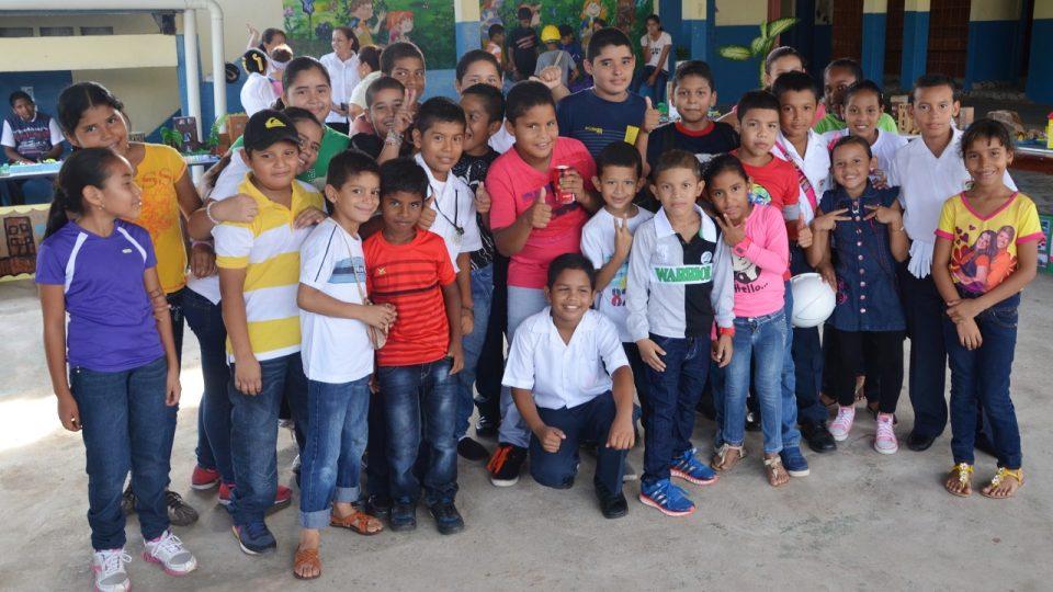 Děti ze ZŠ v panamské obci Lidice. Některé z nich vědí, že Lidice byla obec v Československu
