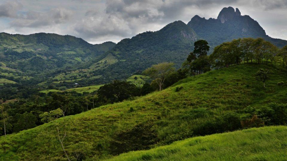 Krajina kolem Lidic. Jen ne kolem těch českých. Takhle to vypadá v panamských kopcích