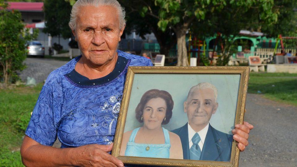 Paní Paulina Cordoba de Arosemena drží portrét s manželem Estebanem, který se zasloužil o pojmenování obce Lidice