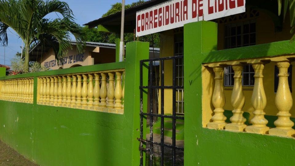 Radnice panamských Lidic a za ní místní knihovna. Obec má 5000 obyvatel, kdysi tu byla jen pastva pro farní dobytek