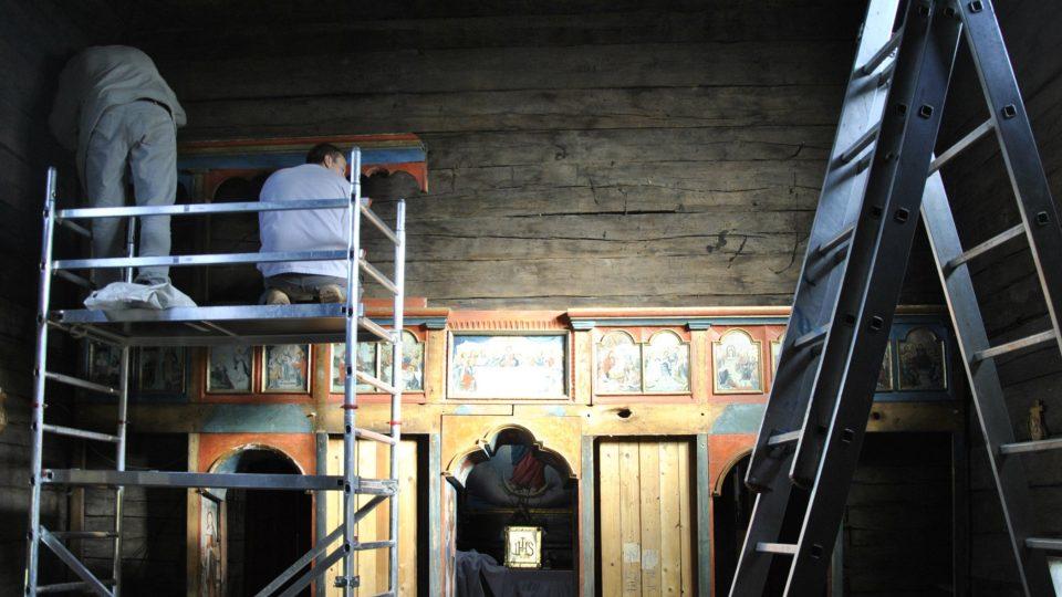 Závěrečné práce na restaurování ikonostasu