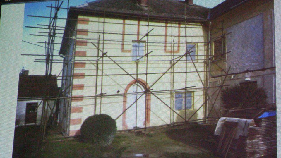 Opravená zeď fary