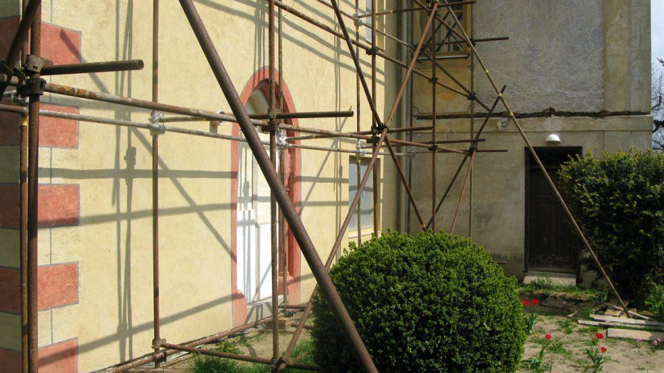 Tasovská fara, opravená stěna s gotickým portálem
