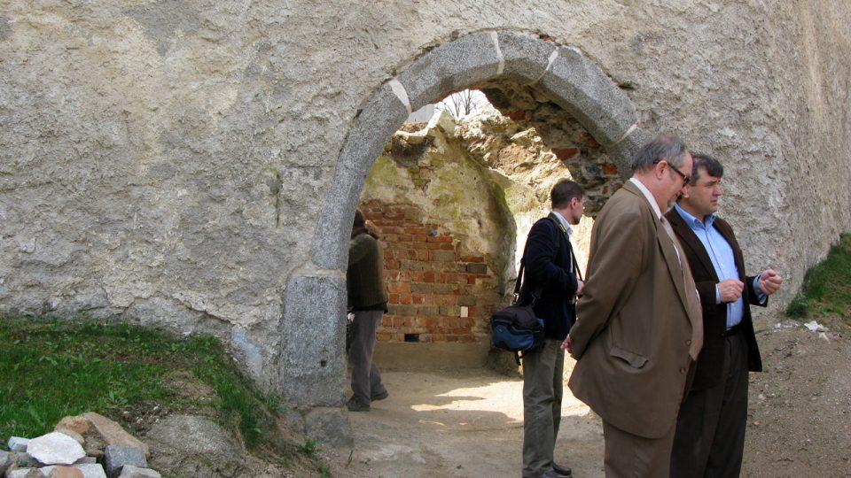 Odkrytá brána opevněného kostela