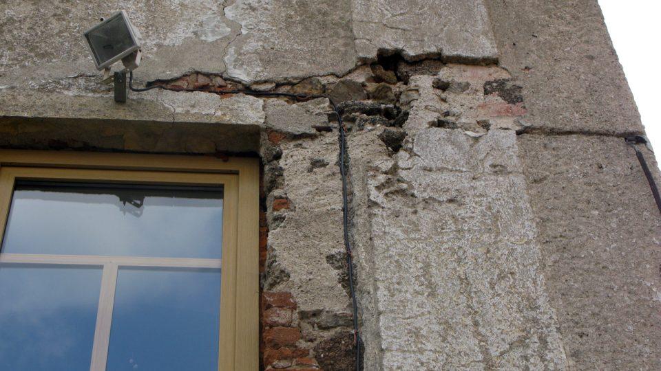 Ještě nerekonstruovaná zeď fary s náznakem červené omítky