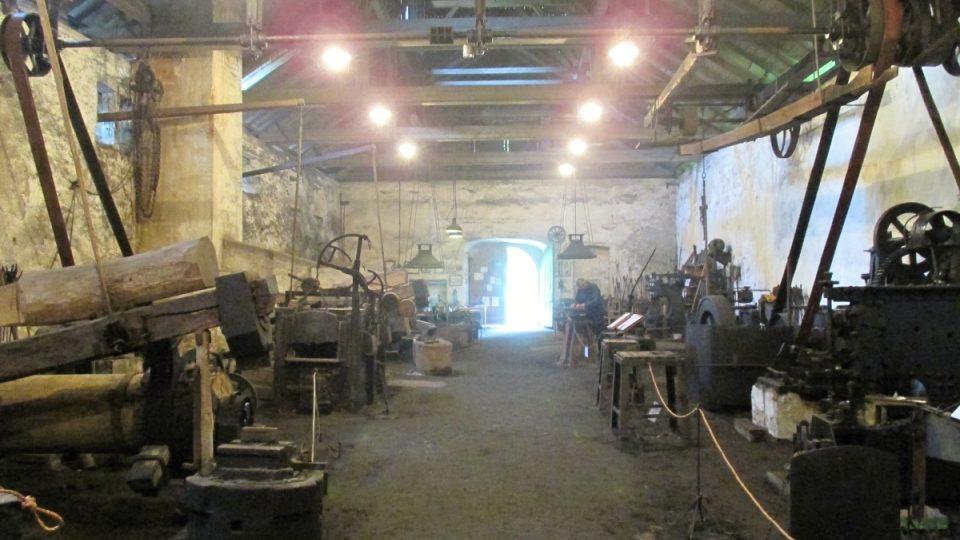Obrovská středověká kovárna