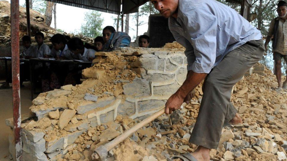 Zemětřesení, která opakovaně zasáhla Nepál, zničila na 25 tisíc školních tříd
