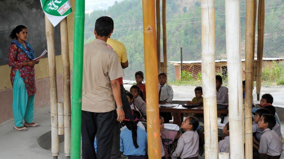 Nepálci bambusovým školám ze začátku nedůvěřovali