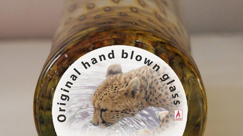 Dno sklenice s gepardí samolepkou