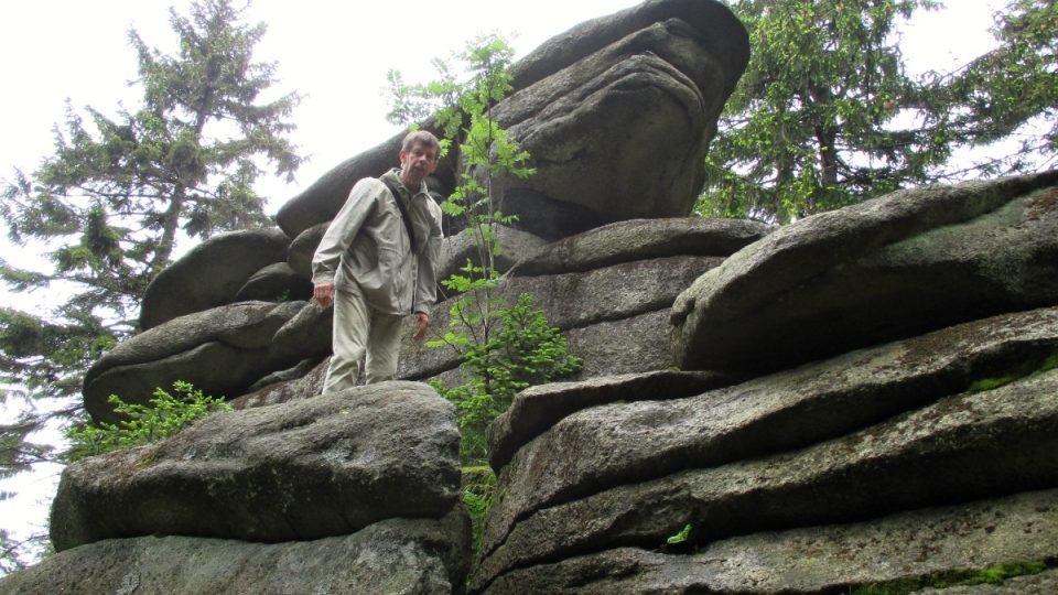 Geolog Petr Rojík na jedné z teras z dob ledových