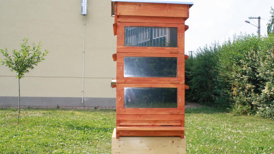 Přední strana úlu s okny pro ohřev