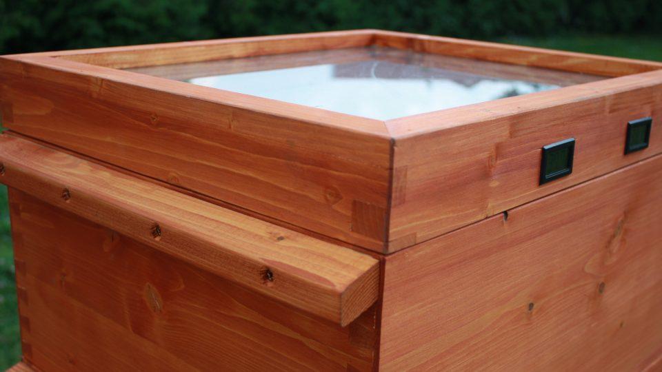 Vrchní strana úlu je z tmavého plechu, na kterém je odnímatelná stříška
