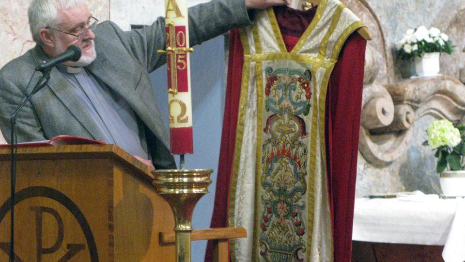 Z prohlídky Tasova s prof. Ungerem a páterem Krylem