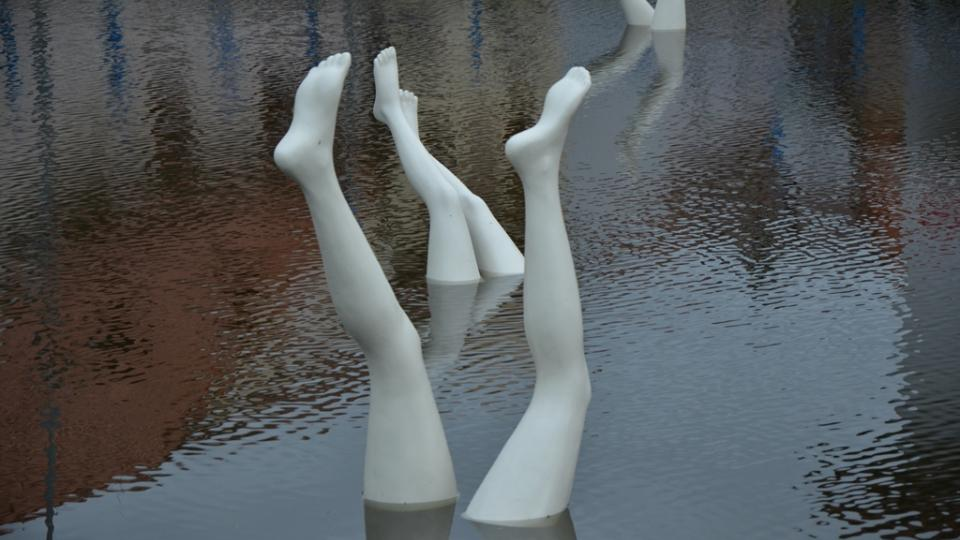 Nohy z vody vytvořil Kurt Gebauer