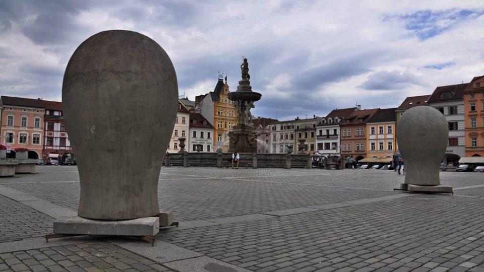 Velké hlavičky Kurta Gebauera na náměstí Přemysla Otakara II.