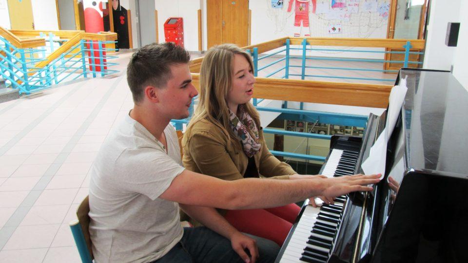 Někteří studenti si vybrali hudební tvůrčí dílnu a společně nacvičují školní muzikál