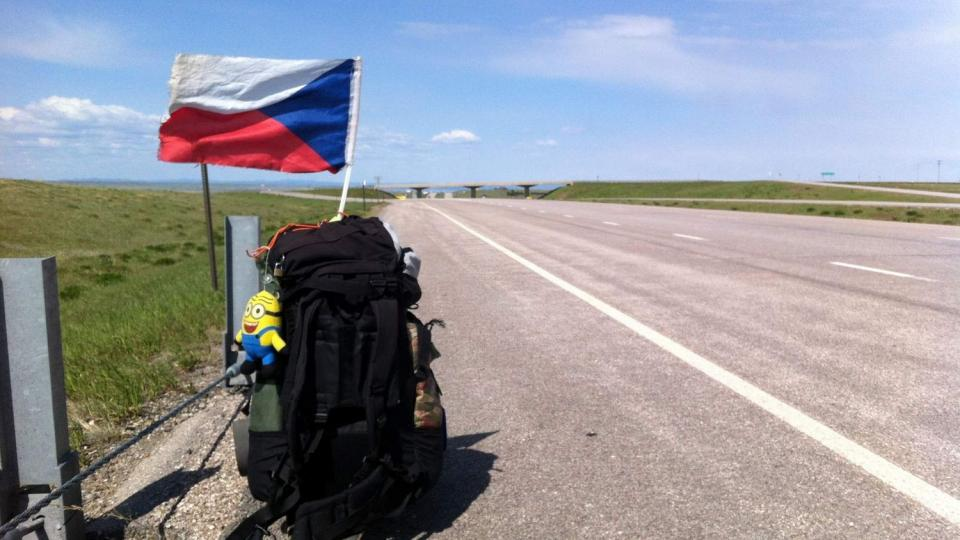 Při stopování využíval Slávek Král českou vlajku