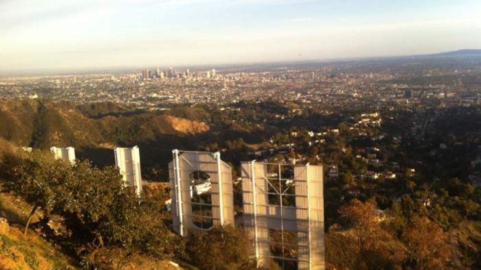 Pohled na nápis Hollywood z druhé strany