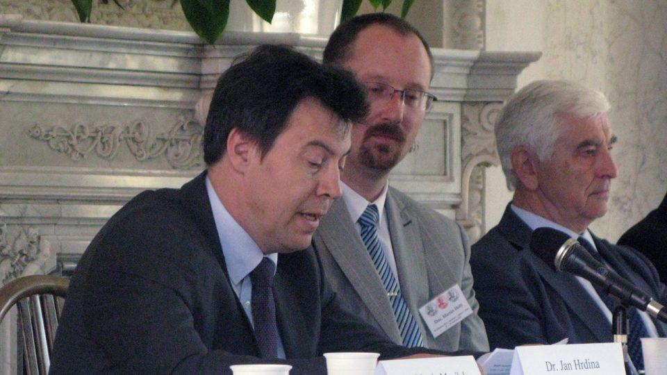 Jan Hrdina (první zleva) na konferenci v Clam-Gallasově paláci