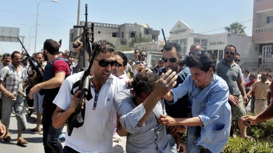 Tuniští policisté odvádějí muže podezřelého z podílu na útocích na hotely ve městě Súsa
