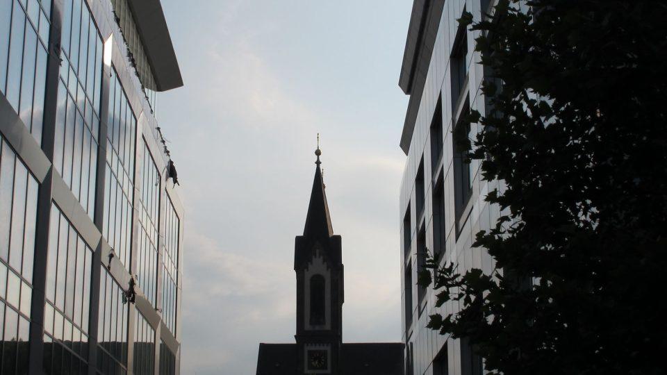 Průhled na kostel Cyrila a Metoděje přes Corso Karlín